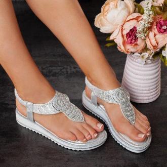 Srebrne sandały japonki na niskiej koturnie Alisia - Obuwie