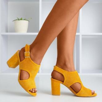 Musztardowe sandały damskie na wyższym słupku z cholewką Ilonepa - Obuwie