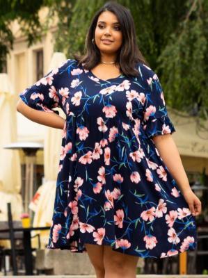 Sukienka w kwiaty swobodna z falbanką z wiskozy Plus Size AMEBA granatowa w brzoskwiniowe kwiaty PROMOCJA