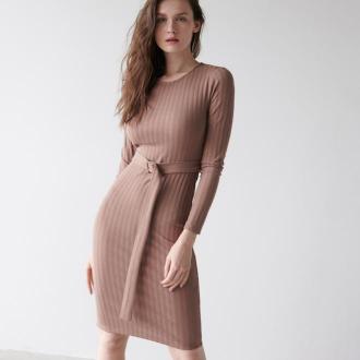 Sinsay - Prążkowana sukienka midi z paskiem - Beżowy